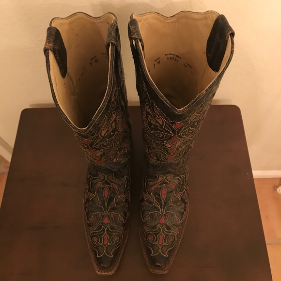 corral black single men Men's durango gambler western stitch boot  a synthetic upper and is constructed with a single row ¾ welt  men's corral distressed charcoal and black cowboy.