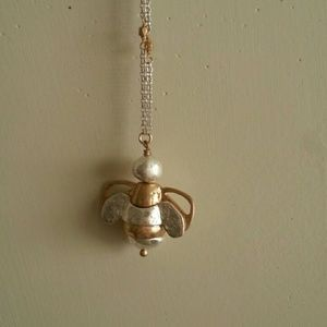 Jewelry - Cute antique looking bee necklace