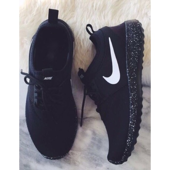 new arrivals a8f78 4b8ae New All Black Oreo Nike Roshe Runs NWT