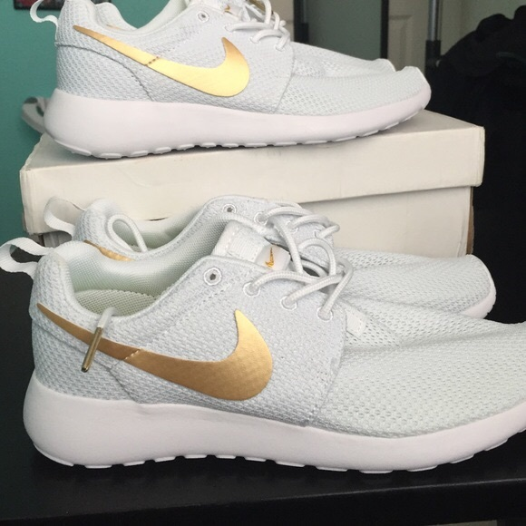 5222a1ce8760 CUSTOM WHITE GOLD NIKE ROSHE RUN 8.5. M 596bb8212fd0b7a840011a79