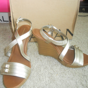 BANANA REPUBLIC Gold Wedge Sandals Sz 8.5 NIB NEW