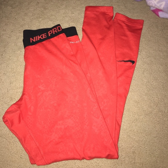 363c73a4af4d NIKE PRO DRY FIT INSULATED SNAKE PRINT RED LEGGING.  M 596db9e14127d0485c00b46e