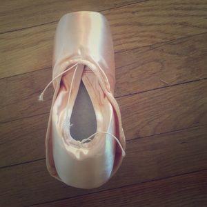 Shoes - Capezio tendu Pointe Shoes