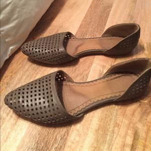 Pointy, toe perforated flats