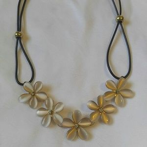 Jewelry - NEW Cute flower bib choker necklace