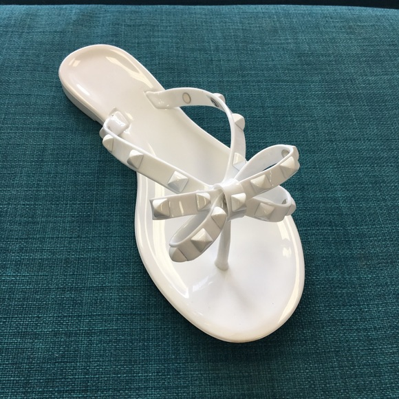 306e27c6f3ff White jelly studded bow flip flop