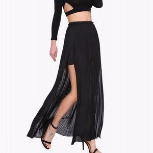 1 LEFT 🛑 Pleated maxi skirt