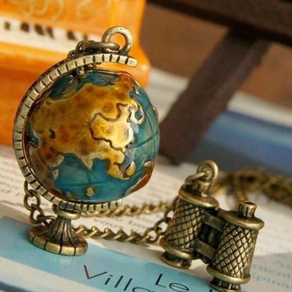 Jewelry - Adorable Spinning Globe 🌎 necklace.