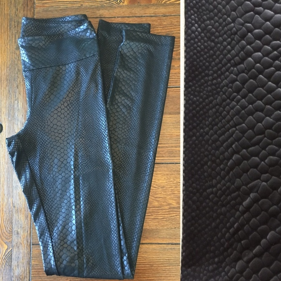 8626416128ff6 BCBGMaxAzria Pants - BCBGMAXAZRIA Black Bryson Snakeskin Leggings XS