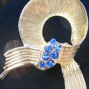 Blue ribbon prongset sparkling brooch vintage