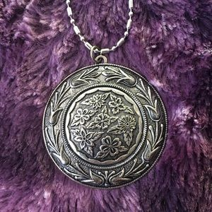 Jewelry - Beautiful large floral pendant