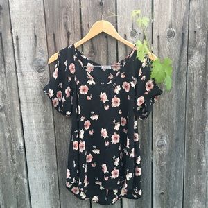 Tops - Black floral top 🌸