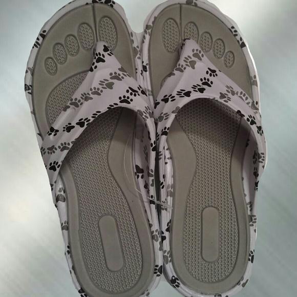 a2fc34a7a0e8 🍌Paw print white flip flops NWT 9