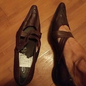 Leather pointed shoes