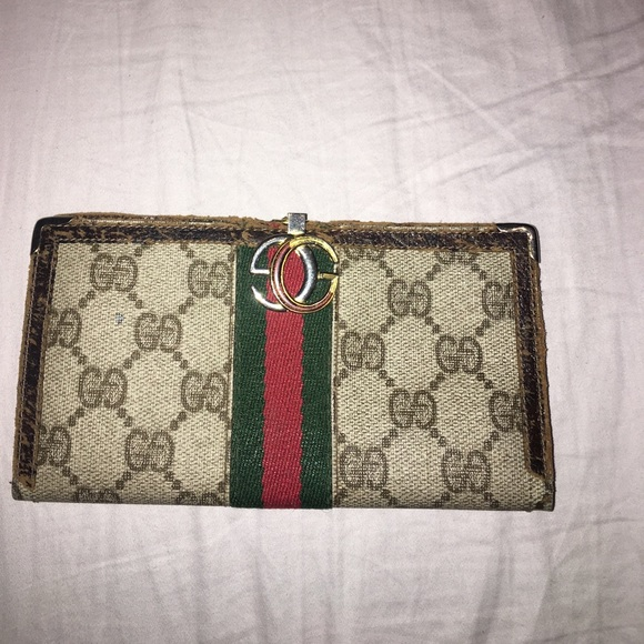 05612f0cbb1 Gucci Handbags - PRICED TO SELL 🐍🐍Vintage Gucci checkbook wallet