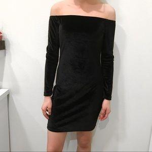 Dresses & Skirts - Black off the shoulder velvet bodycon dress