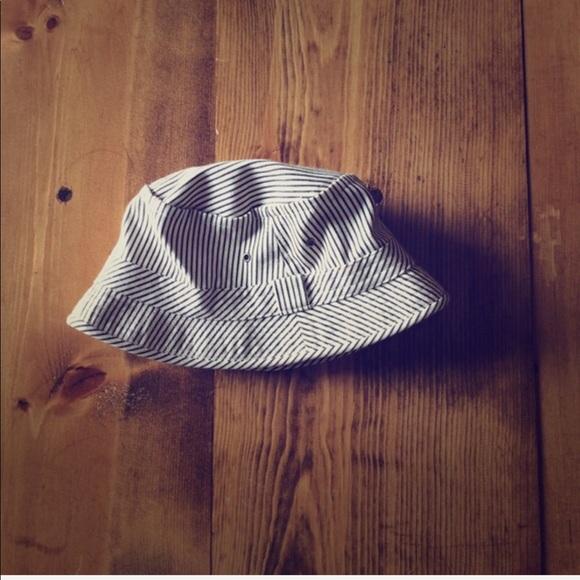 Levi s Accessories - (Levi s) Navy   White Bucket Hat ... 06d531a4562