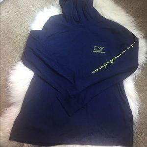 navy blue vineyard vines whale hoodie tee size L