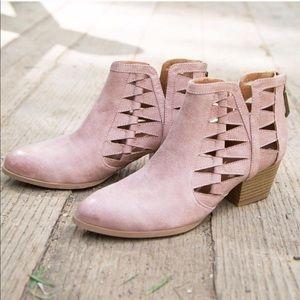 MAKE AN OFFER🌸 blush pink cutout ankle booties