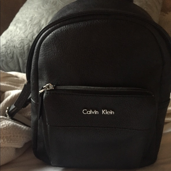 foto de calvin klein women's leather backpack black