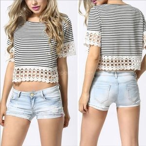 Tops - 🎉HOST PICK‼️BLACK/WHITE STRIPED STRETCHY CROP TOP