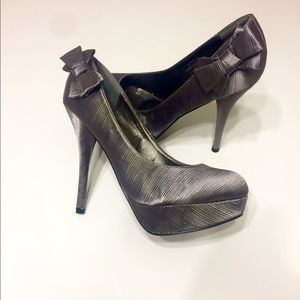 Shoes - 🔥🔥🔥Gray/pewter heels