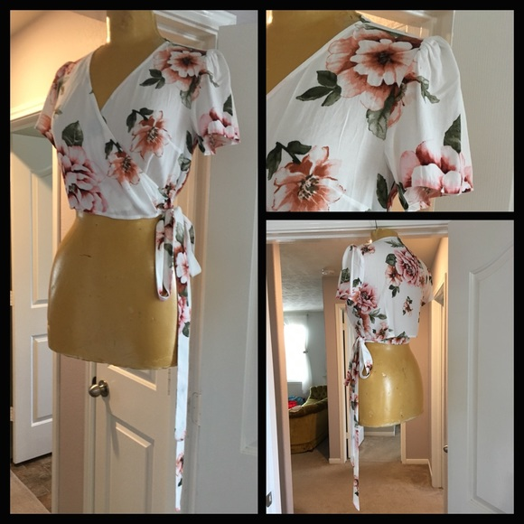 Boutique Tops - Boutique 🎀 white and pink floral wrap crop top