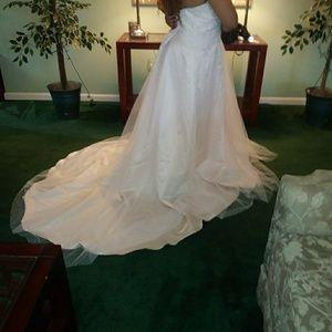 Dresses & Skirts - Beautiful wedding dress