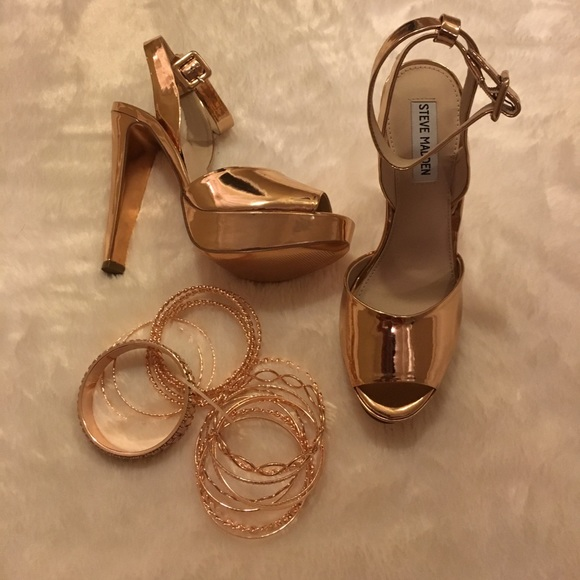 43c916699 Steve Madden Amber Metallic Leather Sandals. M 597aab564e8d17165800edf1
