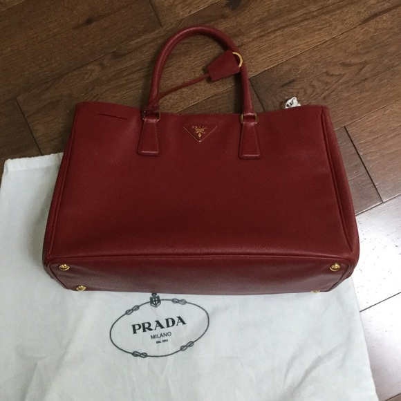 ee3a0e0cfc AUTHENTIC PRADA RED LEATHER TOTE BAG. M 597ba15bf739bc9e8b039ae8