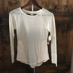 Light weigh knot top with decorative lace sides