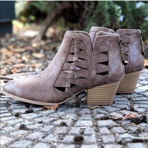 NAME YOUR PRICE💸brown cutout ankle booties