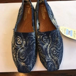 Shoes - NWT Toms Navy swirl canvas slip on shoes