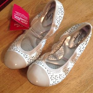 Dexflex white and nice prints flats size 7.5
