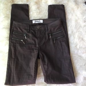 Only brown skinny jeans size small.