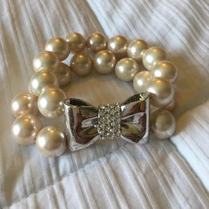 Jewelry - Pearl bracelet with silver bow