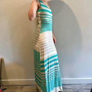 Dresses & Skirts - Maxi summer dress w/ creative open back