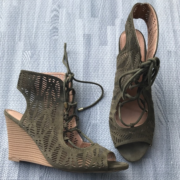 Khaki green suede lace-up Report wedges, sz 8.5