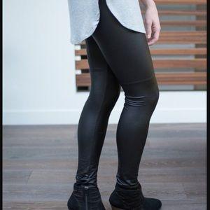 << Black Pleather Faux Leather Leggings >>