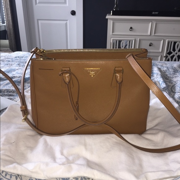 ... Prada Saffiano Lux Double-Zip Tote Bag. M 598363ad713fded95b00f8aa a7c4fac72dc5a