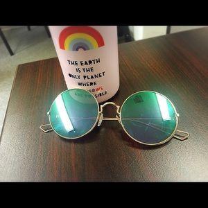 Accessories - Round goldrimmed sunglasses