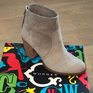 Like new Auth C Wonder Suede Boots