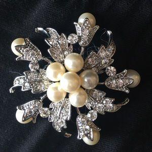 Jewelry - ⭐️ Star-shaped Pearl Brooch ⭐️
