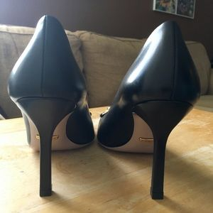 3a65784ccdb3 Gucci Shoes - Elegant Gucci Pumps - Black w  Chain Link Detail