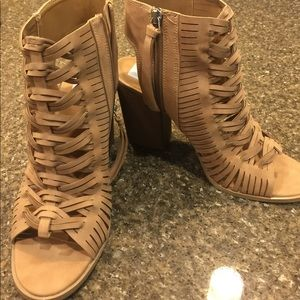Tan strappy sandal/ heels
