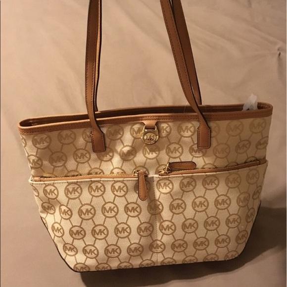645288e351c8 Michael Kors Bags | Kempton Md Pocket Tote | Poshmark