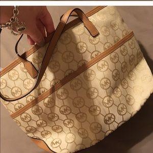 ca534f8b9d56 Michael Kors Bags - 💯Michael Kors Kempton MD Pocket Tote 👜 👑