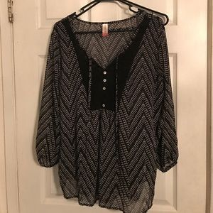Tops - Black and white pattern blouse