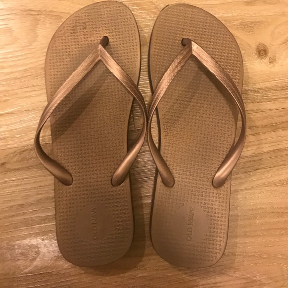 a58354267c6fb Gold Original Old Navy Rubber Flip flops. M 59892f4b6802787f310f0f6c