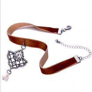 Jewelry - 🎈Sale🎈New ✨ Brown Velvet & Pearls Choker ✨